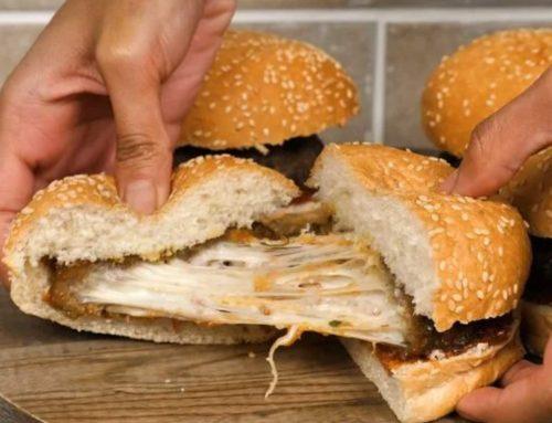 Hambúrguer Recheado com Queijo Muçarela